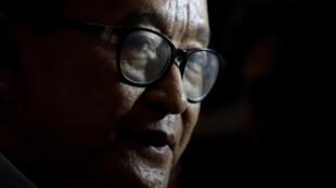 Sam Rainsy habla con la prensa a su llegada al aeropuerto internacional de Kuala Lumpur el 9 de noviembre de 2019