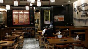 疫情下中國北京一家餐廳 2020年4月9日 照片