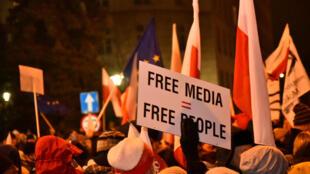 Des manifestants devant le Parlement à Varsovie, contre la nouvelle loi sur liberté de la presse, le 16 décembre 2016.