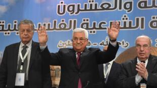 Le président palestinien Mahmoud Abbas salue la foule pendant la rencontre du Conseil national palestinien à Ramallah, en Cisjordanie, le 30 avril 2018.