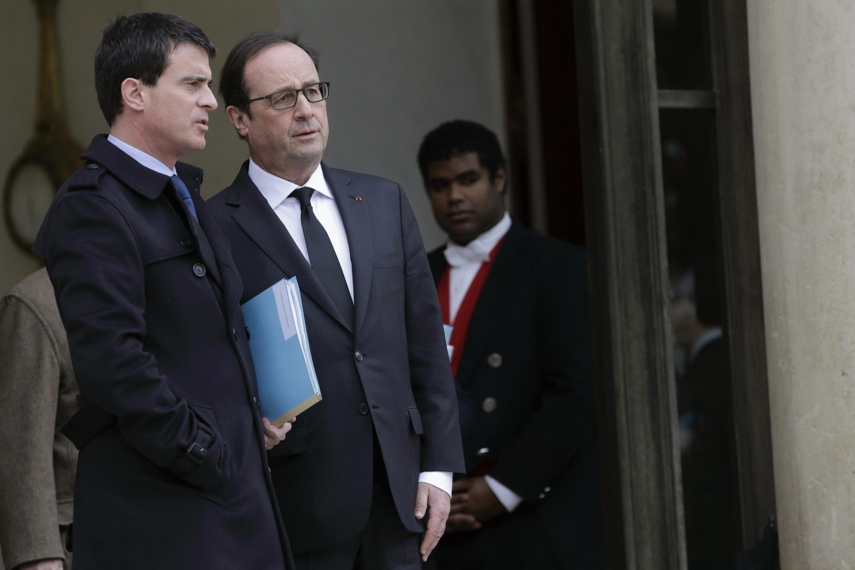 Президент Франции Франсуа Олланд и премьер-министр Манюэль Вальс на ступенях Елисейского дворца