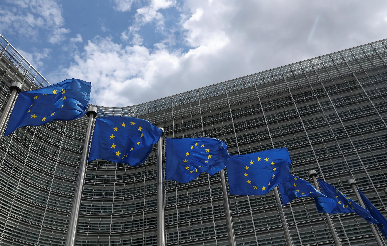 Ảnh minh họa: Cờ châu Âu tung bay trước trụ sở Ủy Ban Châu Âu tại Bruxelles (Bỉ) ngày 05/06/2020.