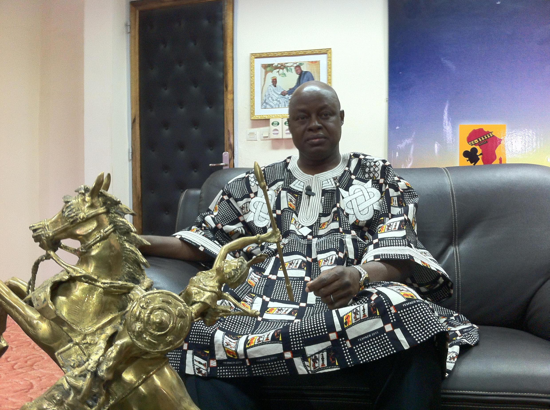 Ardiouma Soma, le directeur général du 24e Fespaco dans son bureau avec l'Etalon d'or de Yennenga, la Palme d'or africain.