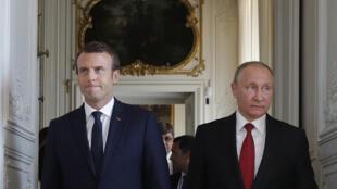 Os chefes de Estado russo Vladimir Poutine e o francês Emmanuel Macron encontram-se esta quinta-feira em São Petersburgo