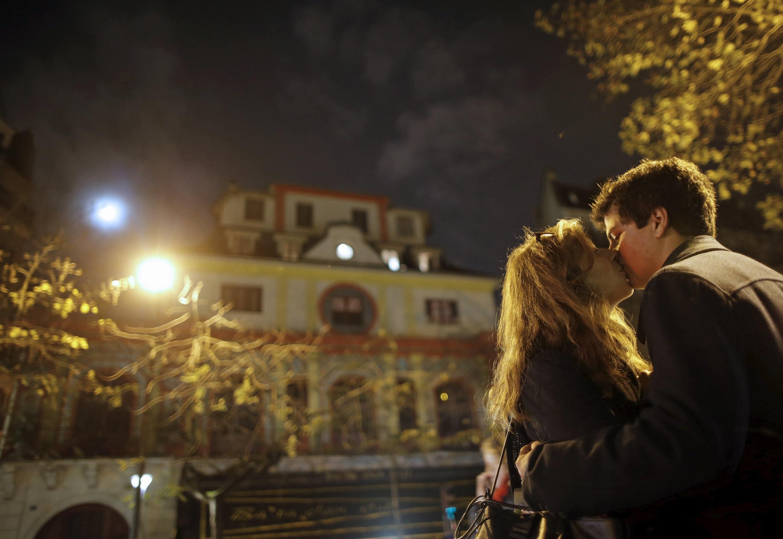 Un beso delante de la sala de conciertos, el Bataclan, para sacudirse el miedo tras los ataques del 13 de noviembre.