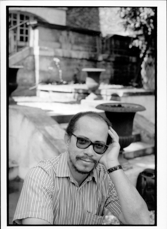 Photographie portrait de l'écrivain Raphaël Confiant.