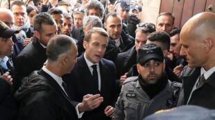 Le président français Emmanuel Macron demande à la police israélienne de quitter l'église Sainte-Anne du XIIe siècle dans la vieille ville de Jérusalem le 22 janvier 2020.