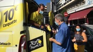 Les souvenirs de la boutique officielle du Tour de France font toujours recette.
