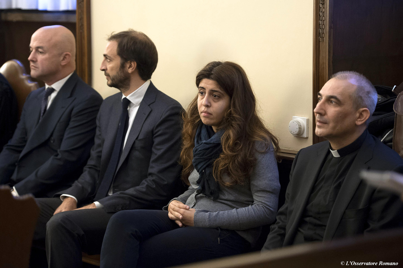 (E-d): jornalistas italianos Gianluigi Nuzzi e Emiliano Fittipaldi, a consultora Francesca Chaouqui e Dom Lúcio Anjo Vallejo Balda, durante julgamento no tribunal do Vaticano. 24 de Novembro de 2015.