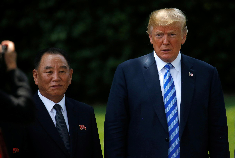 O Presidente americano Donald Trump lado a lado com o general norte-coreano  Kim Yong-chol no jardim  da Casa Branca  01 de Junho  de 2018