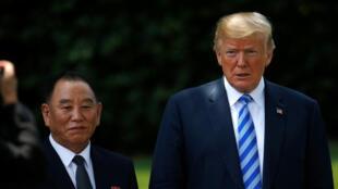 Shugaban Amurka Donald Trump tare da Jakadan Korea ta Arewa Kim Yong-chol bayan kammala ganawa a fadar White House.