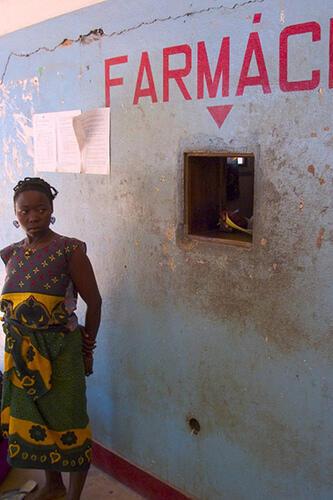 Senhora em um hospital de Ancuabe, Moçambique.