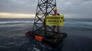 Greenpeace protesta contra nuevos permisos para efectuar prospecciones en el mar Mediterráneo.