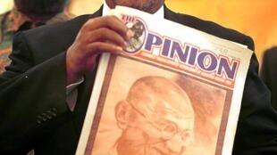 """C'est dans l'hebdomadaire """"Indian Opinion"""", fondé par Gandhi en Afrique du Sud en 1903, qu'avait été publiée la première mouture de """"Hind Swaraj"""". Le magazine a été relancé en 2000 sous le titre """"Opinion""""."""