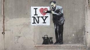 Banksy osculta el corazón de Nueva York.