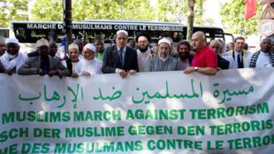 """Lideranças religiosas muçulmanas lançaram neste sábado (8) em Paris a """"marcha contra o terrorismo"""", que deve percorrer diversos países europeus que foram alvos de ataques de extremistas."""