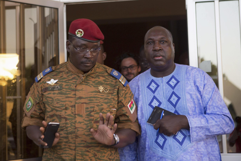Le lieutenant-colonel Yacouba Isaac Zida, chef de l'État provisoire et Zephirin Diabre, l'un des leaders de l'opposition, dimanche 2 novembre 2014, à Ouagadougou.