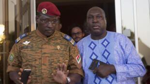 Le lieutenant-colonel Yacouba Isaac Zida, chef de l'État provisoire et Zephirin Diabre, l'un des leaders de l'opposition, dimanche 2 novembre à Ouagadougou.
