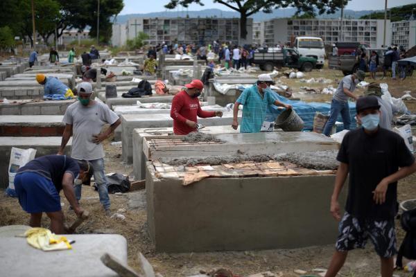La ville de Guayaquil paie un lourd tribu à la pandémie de coronavirus. dans le cimetière Angela Maria Canalis, les employés construisent à tour de bras des caveaux pour accueillir les morts, le 8 avril 2020.