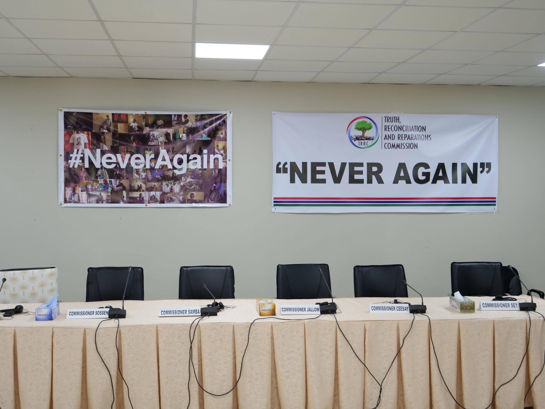 Salle d'audience de la Commission vérité-réconciliation-réparation en Gambie, mise en place en décembre 2017 pour enquêter sur les crimes commis entre juillet 1994 et janvier 2017 (août 2019).