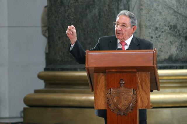 Raúl Castro em cerimônia que condecorou líderes da Revolução Cubana no Capitólio de Havana, em 24 de fevereiro de 2018