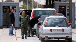 Des soldats tunisiens contrôlent les véhicules à la frontière avec la Libye le 24 avril 2011.