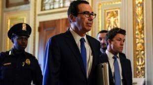 Le secrétaire américain au Trésor, Steven Mnuchin, se rend aux négociations sur un programme de secours sur le Covid-19 au Capitole, à Washington, le 23 mars 2020.