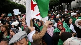 Des milliers d'Algériens sont une nouvelle fois sortis dans les rues d'Alger pour manifester vendredi 13 décembre 2019.