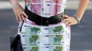 圖為以歐元為圖案的衣飾