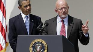 جیمز کلپر رئیس سازمان ملی اطلاعاتی آمریکا در کنار باراک اوباما