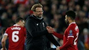 L'entraineur de Liverpool, Juergen Klopp, félicite ses joueurs après le match.