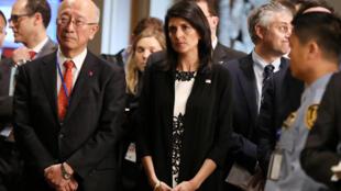 Đại sứ Mỹ tại Liên Hiệp Quốc bà Nikki Haley và đại sứ Nhật Koro Bessho (T) sau phiên họp Hội Đồng Bảo An Liên Hiệp Quốc về Bắc Triều Tiên ngày 08/03/2017.