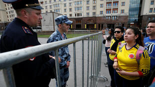En vísperas del Mundial, los hinchas colombianos se van acercando a las barreras instaladas por oficiales de la Guardia Nacional Rusa.