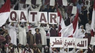 Torcedores da seleção do Catar torcem durante um amistoso no emirado.