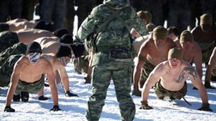 Soldados americanos e sul-coreanos treinam juntos em Pyeongchang (19/12/17).