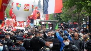 Selon la CGT 25.000 personnes ont défilé à Paris, malgré la pluie et le Covid-19, ce samedi 1er mai 2021.