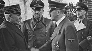Adolf Hitler, qui s'appelait au départ Schicklgruber, a pris le nom de son beau-père, Hiedler, afin de faciliter une procédure d'héritage. Mal orthographié par un employé de mairie, le nom devint Hitler.
