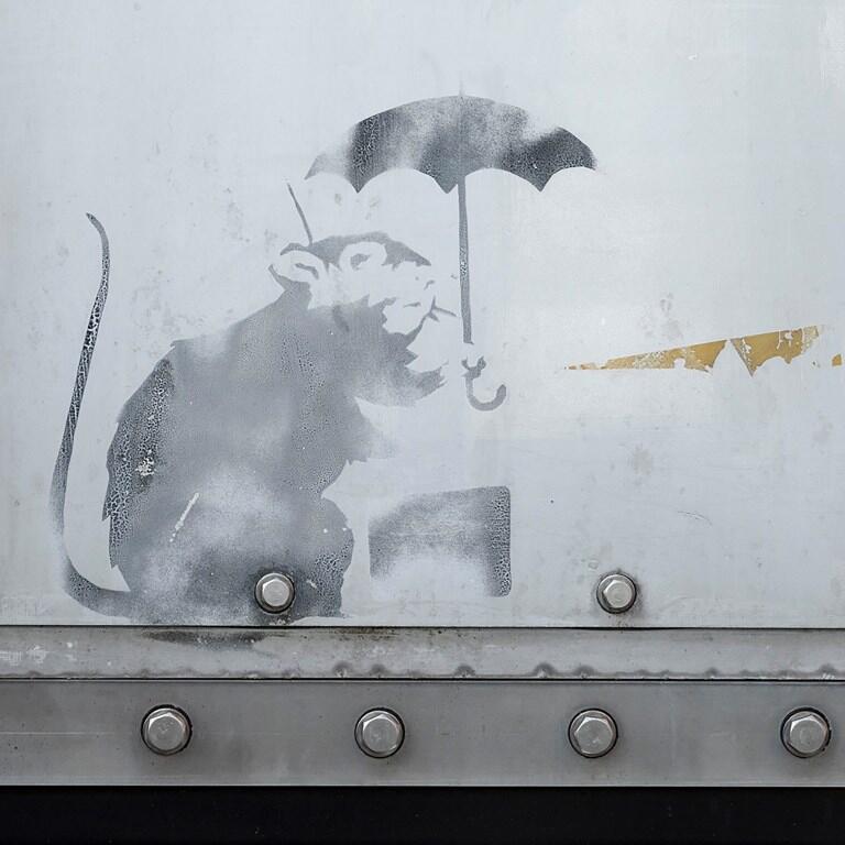 La ville de Tokyo tente de vérifier si le dessin d'un rat tenant un parapluie découvert dans une gare est l'oeuvre du célèbre Banksy.