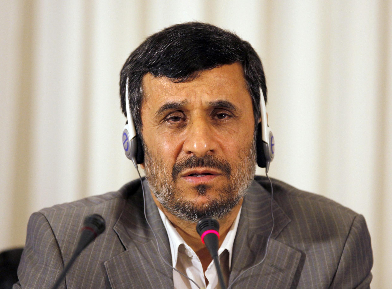 Иранский лидер Махмуд Ахмадинежад на конференции в Станбуле