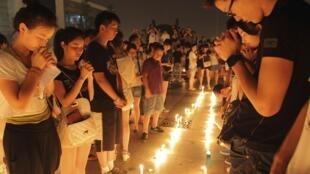Người dân thắp nến tưởng niệm các nạn nhân vụ tai nạn xe lửa ở Ôn Châu, Trung Quốc, ngày 25/07/2011