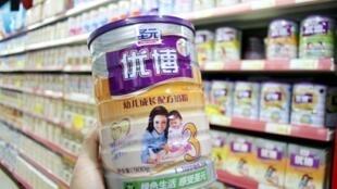 Tại Trung Quốc, sữa bột giả mạo là nguyên nhân gây bệnh và tử vong đối với nhiều trẻ sơ sinh. Trong ảnh, mác sữa Synutra, tại một siêu thị ở tỉnh An Huy.
