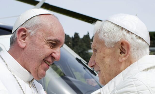 Два понтифика - Франциск (Л) и почетный Папа Бенедикт XVI в летней резиденции Кастель Гандольфо (архив)