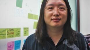 La ministre du digital, Audrey Tang, à l'entrée de son bureau du Yuan exécutif, le gouvernement taïwanais.