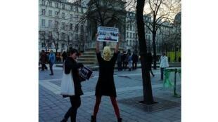 Одна из участниц Pussy Riot на флэш-мобе в Париже у фонтана Невинных 08/03/2012