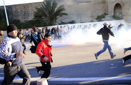 Affrontements entre manifestants et forces de sécurité devant le Palais du gouvernement, à Tunis, le 28 janvier 2011.
