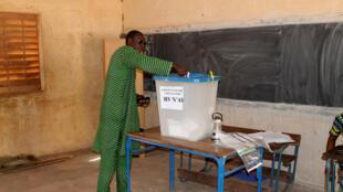 Un électeur vote dans un bureau de Bamako, mais, dans certaines parties du territoire malien, les électeurs n'ont pas pu se rendre au scrutin des municipales, ce 20 novembre 2016.