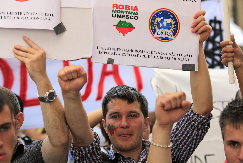 Biểu tình ở Budapest phản đối việc khai thác mỏ vàng  Rosia Montana, ngày 01/09/2013. REUTERS/Radu Sigheti