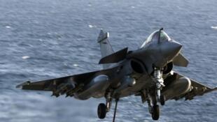 O presidente francês, François Hollande, oficializa venda de mais 24 aviões de caça Rafale, desta vez ao Catar.