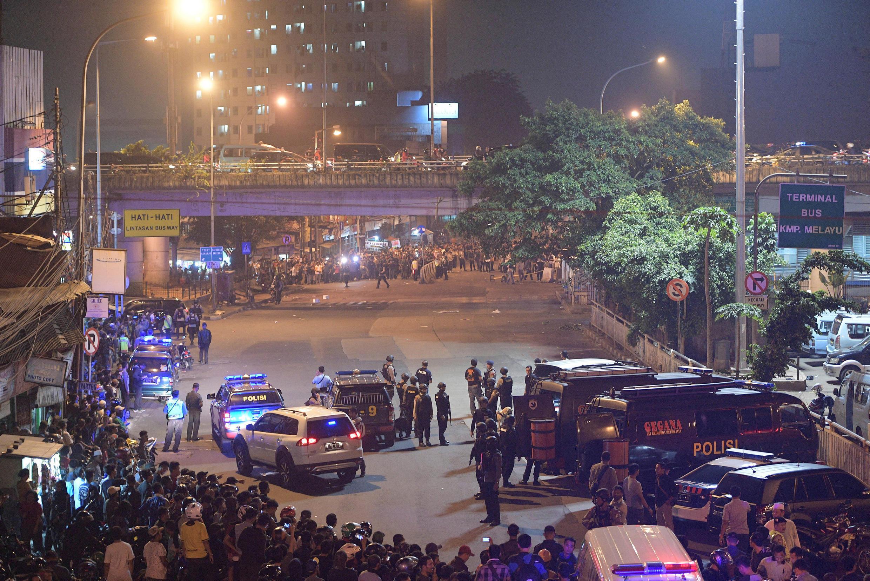Cảnh sát Indonesia phong tỏa hiện trường vụ đánh bom tự sát tại trạm xe buýt Kampung Melayu (Jakarta, Indonesia) tối 24/05/2017.