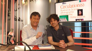 El fotógrafo español Juan Manuel Abellán con Jordi Batallé en RFI